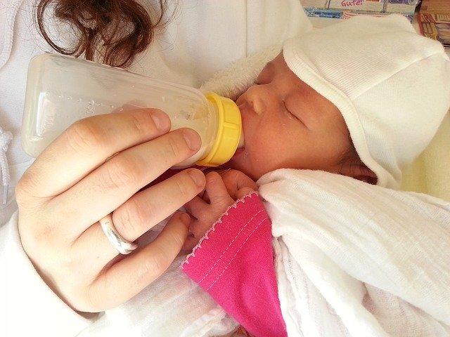 赤ちゃん-ミルク
